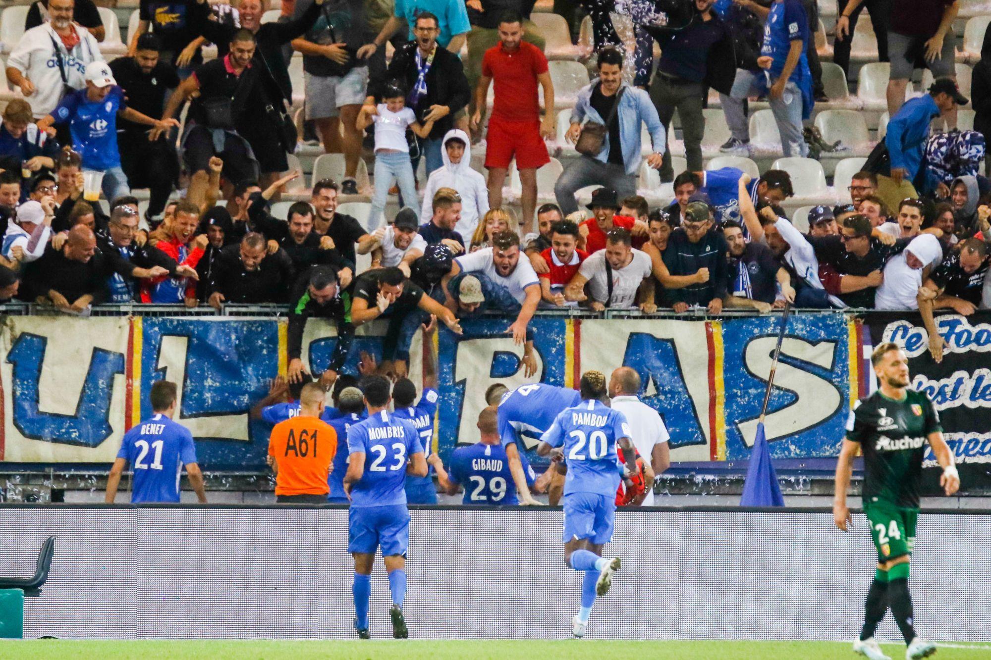 La banderole peu accueillante des supporters grenoblois avant le match contre Caen